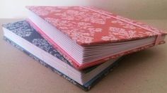 Quase prontos... Vamos costurar? 😉  #cadernosartesanais #papelariaartesanal #papelaria #feitoàmão #encadernaçãomanualartística #produtosartesanais #elo7 #bookbinding #handbook #handcraft #handmade #stationery #craft