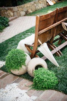 inspiration-party-mariage-bohemien-decoration-boutde banc-plante-peau de bête-ceremonie-ombrelle-mademoiselle-claudine