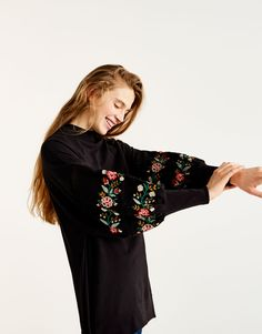 Embroidered puffy sleeve sweatshirt - New - Woman - PULL&BEAR Greece