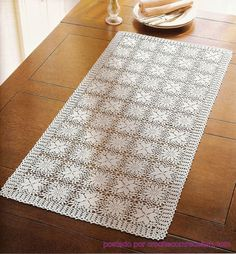 crochet table runner - with diagrams I like the fact that you can make it longer or shorter, narrower or larger depending on the number of squares! Crochet Kitchen, Crochet Home, Love Crochet, Crochet Crafts, Crochet Projects, Thread Crochet, Filet Crochet, Crochet Motif, Crochet Doilies