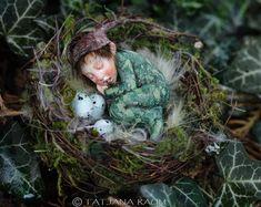 Miniatur elf junge im Nest 01:12 Puppenhaus Größe von Tatjana Raum