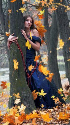 Секс в прохладной осенью лесу