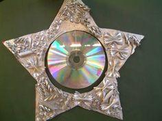 """mooie sterren, oude cd, pasta op kartonnen ster én goudverf.Eventueel nog wat glitter in de nog natte goudverf strooien voor een """"schitterend"""" effect!"""