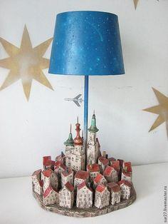 Купить или заказать Лампа 'Город' в интернет-магазине на Ярмарке Мастеров. В основании светильника - город. Абажур - звездное небо с дырочками, которые при включенной лампе становятся звездами. Под абажуром на незаметной леске парит самолетик. #WoodenLamp