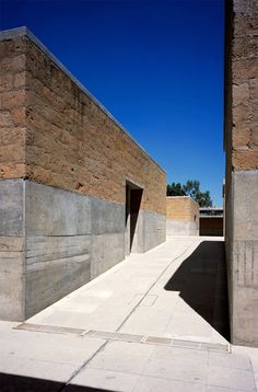 Mauricio Rocha. Walls half/half. barefootstyling.com