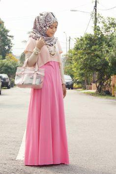 Midjekort t-shirt som topplager ovanpå en klänning eller abaya.