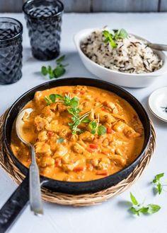 Kanakastike syntyy hetkessä, sillä se ei vaadi pitkää haudutusaikaa. Perusraaka-ainella ja yksinkertaisilla mausteilla valmistuu herkullinen arjen pelastaja, jonka seuraksi sopii niin peruna, riisi kuin pastakin. Blogissa on ollut nyt niin paljon herkkuja, että pitää palata... Veggie Recipes, Real Food Recipes, Chicken Recipes, Cooking Recipes, Healthy Recipes, I Love Food, Good Food, Yummy Food, Salty Foods
