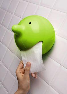 Uchwyt w kształcie głowy bohatera marki, Mr. P. to zabawna forma, w której po rozłożeniu, nałożeniu na uchwyt i zamknięciu, ukryć można rolkę papieru toaletowego. Wystający papier wygląda niczym język, pokazywany nam przez niesfornego Mr. P. Uchwyt The Wiper jest jednak niezwykle uniwersalny. Prezentowany tu produkt zawiesić można także na ścianie w łazience za pomocą kołków lub postawić na szafce lub półce jeśli akurat skończyły się nam chusteczki. Dostępny na FabrykaForm.pl