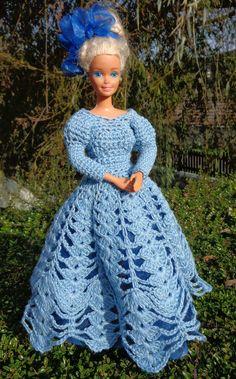 barbie avec une nouvelle robe au crochet en bleu cette fois