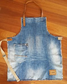 Love this upcycled denim apron - Jeans nähen - Denim Denim Crafts, Upcycled Crafts, Artisanats Denim, Jean Apron, Leather Apron, Sewing Aprons, Denim Aprons, Denim Ideas, Creation Couture