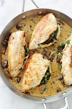 Stuffed chicken breasts with spinach, dried tomatoes, feta and mozzarella . Healthy Chicken Recipes, Meat Recipes, Mozzarella, Creamy Mushroom Sauce, Queso Feta, Spinach And Cheese, Dried Tomatoes, Plat Simple, Main Dishes