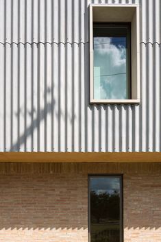 Image 20 of 31 from gallery of Elephant House / Faye and Walker Architecture. Photograph by Leonid Furmansky External Cladding, Metal Cladding, Metal Facade, Exterior Siding, Building Exterior, Steel Barns, Glass Facades, Austin Homes, House Siding