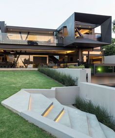 Describe this home in ONE word! The Kloof Road House is an ambitious contemporary residence aiming at integrated indoor/outdoor living by opening every room to the exterior landscape. The house is designed by and is located in // Photos by David Loft Interior, Mansion Interior, Luxury Interior, Hillside House, Design Exterior, Modern Mansion, Bohemian Style Bedrooms, Indoor Outdoor Living, House Goals