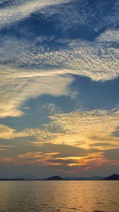 09 Sept. 18:15 博多湾対岸、糸島半島上の雲に姿を隠す博多湾の夕陽です。 ( Evening Now at Hakata bay in Japan)