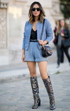 Look de Aimee Song no street style da Paris Fashion Week. Fashion Moda, 70s Fashion, Fashion Week, Denim Fashion, Paris Fashion, Girl Fashion, Fashion Trends, Casual Street Style, Street Style Shoes