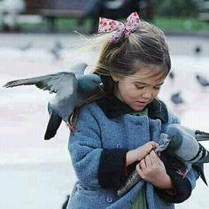أستند على نفسك وكأنك أكثر الاشياء ثباتا بهذا الكون Vintage Children Photos Alone Girl Images Animals Friends