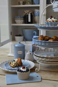 I love the scalloped edge on these pretty blue and white plates. I also like the vertical ribbing on the bowls and canisters. Feminine flair and country, cottage charm. White Dishes, White Plates, Blue Dishes, Blue Plates, White Cottage, Cottage Style, Cocina Shabby Chic, Cocinas Kitchen, Country Blue