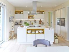 Der Küchenblock verbindet den Ess- mit dem Kochbereich: Im WOHNIDEE-Haus 2014 von @viebrockhaus im Musterhauspark Bad Fallingbostel.