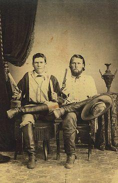 RANGERS: Early Texas Rangers Talvez os homens da lei mais célebres do Oeste foram os Texas Rangers. Comanches, não bandidos, foram os principais adversários dos Rangers nos anos imediatamente seguintes a Guerra Civil. Fotos de Texas Rangers tomadas antes de 1870 são raros. Este um dos James Thomas Bird (à esquerda) e John J. Haynes foi tirada em 1868 e mostra os jovens lutadores indianos equipados mais como guerrilheiros da guerra civil do que os posteriores cowboys do Texas.