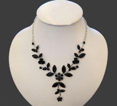 Black-Flowers-Necklace