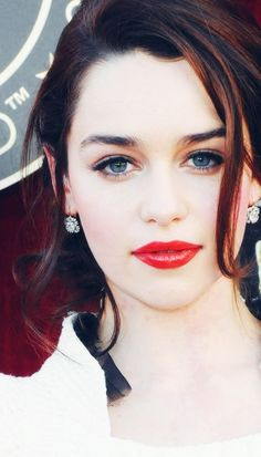 If Snow White was real, this is what she would look like. #EmiliaClarke #paleskin #paleisthenewtan - rosemary beach series