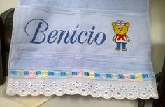 Toalhinha com o nome Benício e ursinho marinheiro.