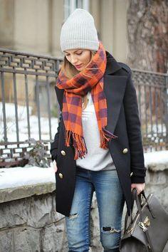 look básico de inverno com cachecol colorido por cima do casaco trench coat preto e jeans