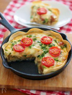 カルボナーラソースで作るお手軽キッシュ。パイ生地を餃子の皮で代用すれば、カリッとクリスピーが美味しい軽やかキッシュの完成です♪