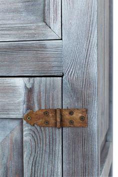 Rustykalne meble strukturalne z ozdobnymi okuciami, #stylizowane #rustykalne #drewniane #meble #dekoracje