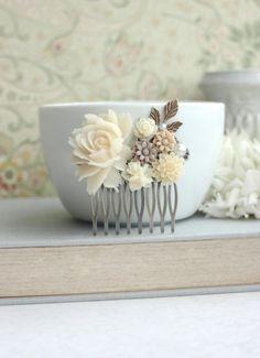 Nuances de fleurs Ivoire et marron, laiton feuille filigrane fleur Collage peigne mariage. Peigne de demoiselles d