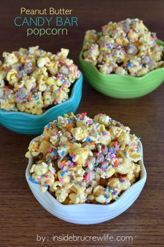 Peanut Butter Candy Bar Popcorn from www. - white chocolate, peanut butter, and candy bars make this a snack you can't stop munching on Yummy Snacks, Yummy Treats, Delicious Desserts, Sweet Treats, Snack Recipes, Dessert Recipes, Dessert Healthy, Healthy Recipes, Peanuts