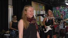 Madame camp on aikuisten naisten bändileiri Helsingissä. 15 kypsää rokkimimmin alkua opettelee kitaran, basson ja rumpujen saloihin. Naiset sanovat tavoittelevansa bändimusisoinnin iloa, joka koulussa usein oli poikien yksinoikeus. Tähtäimessä ei hetimmiten myönnetä olevan kuuluisuus, ennemminkin yhdessäsoittamisen ilo.