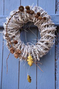 Hej Måndag   och nya fina höstvecka!         Den här tiden på året vill man gärna hänga något på sin ytterdörr eller hur?   Det se...