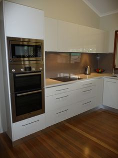 Small Kitchen Designs Oven/Microwave tower, concealed rangehood drawers - Even tiny kitchens can have serious style. Double Oven Kitchen, Kitchen Oven, New Kitchen, Kitchen Ideas, Kitchen Pictures, Rustic Kitchen, Double Wall Ovens, Ideas For Small Kitchens, Small Kitchen Diner