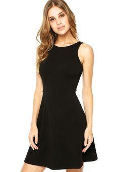 Vestido FiveBlu Fashion preto, com recorte vazado nas costas, além de recortes na parte frontal que proporcionam melhor caimento. Traz modelagem evasê com decote redondo.Confeccionado em tecido de toque macio. Fechamento por encaixe.Ombro:3cm  / Busto:82cm/ Comprimento:87cm / Tamanho: P  Medidas da Modelo: Altura: 1,78m / Busto: 88cm / Cintura: 60cm / Quadril: 87cm.