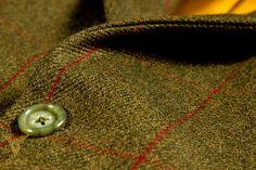 Drie delig Tweed pak ideaal voor jacht, ruitersport en andere outdoor activiteiten.  Gemaakt van 100% worsted wol, voor warmte bescherming en camouflage. Jas en vest hebben een goud gele voering en hoorn knopen. Jas heeft rechte zakken en ticket pocket voor klassieke uitstraling.  Pantalon heeft bandplooi, riem lussen omslag en een katoenen voering tot over de knieën. #Kleermaker in #Amsterdam
