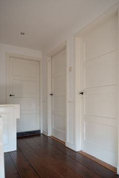 Jaren30woningen.nl | Mooi! Paneeldeuren met bakelieten deurklink in een jaren 30 woning