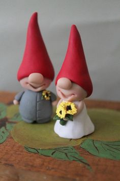 Gnome Cake Toppers - Custom Colors - Red and Yellow Wedding Cake Topper Mehr Polymer Clay Figures, Fondant Figures, Polymer Clay Crafts, Polymer Clay Creations, Diy Clay, How To Make Sunflower, Clay Fairies, Red Hats, Clay Tutorials