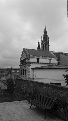 dejamos atras los juzgados, y doblamos en el siguiente callejon a la derecha. para empezar a dislumbrar la iglesia de las alesas reales.            La Iglesia del Convento de las Salesas Reales en Santander es un templo de estilo neogótico de finales del siglo XIX, adosado al convento.