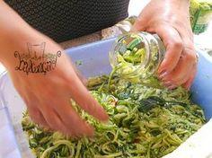 Le zucchine sott'olio, così come le melanzane, sono una delle conserve più buone ed utili che ci siano. Perfette per tutto, si conservano per tutto l'inverno