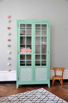 Armoire parisienne vintage, bibliothèque vitrée, vert menthe