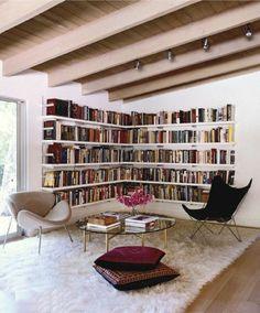les étagères d'angle en bois clair pour un salon vraiment chic