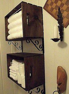 Étagères avec vieilles boites de bois