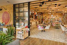 Cliente: 9 3/4 BOOKSTORE CAFÉ Diseño y producción: PlasmaNodo Fotografía: DaniBang Iluminación: Vida Útil  Reforma y montaje para nueva sede del café.  Medellín, Col