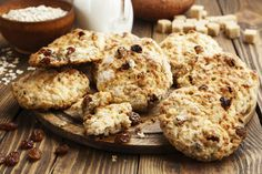 Des très bons biscuits aux raisins secs et facile à faire! Biscuits Aux Raisins, Desserts With Biscuits, Dessert Biscuits, Raisin Sec, Oatmeal Recipes, Macarons, Food To Make, Blueberry, Muffins