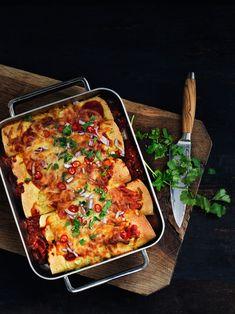 Opskrift på de lækreste enchiladas med krydret oksekød, peberfrugt bønner toppet med tomatsauce og revet ost. Brug gerne en rest kødsovs. Enchiladas, Quesadillas, Tortillas, Lasagna, Tapas, Cauliflower, Brunch, Chicken, Vegetables