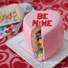 Conversation Heart Piñata Cake dessert food recipe and instructions. This one of course is perfect for Valentine's Day holiday with the Be Mine, candy conversation hearts theme. This was my first time to see a piñata cake. Valentine Desserts, Valentines Day Desserts, Valentine Cake, Köstliche Desserts, Valentine Heart, Valentines Diy, Delicious Desserts, Bolo Pinata, Pinata Cake