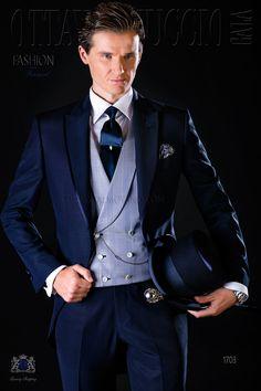 Costume du matin bleu avec revers de pointe, satin contrasté et 1 bouton en tissu de laine mélangé. Costume de mariage 1703 Collection Fashion Formal Ottavio Nuccio Gala.