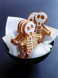Spooky and delicious Halloween treats, ranging from Dracula Dentures to Cobweb Cakes, Gingerbread Skeleton Houses to Ghost Cookies. These adorable desserts are perfect for your fright night party this Halloween, and so easy - its scary! Halloween Desserts, Comida De Halloween Ideas, Buffet Halloween, Halloween Fingerfood, Bolo Halloween, Postres Halloween, Halloween Food For Party, Halloween Cookies, Halloween Biscuits