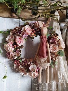 Maja Zagorska (Decomagia) creates a beautiful spring wreath with artificial flowers and a beautiful Tilda bunny made by Ania's Craft - Η Μάγια Ζαγκόρσκα του Decomagia δημιουργεί ένα όμορφο στεφάνι με τεχνητά λουλούδια και ένα λαγουδάκι Tilda από την Ania's Craft